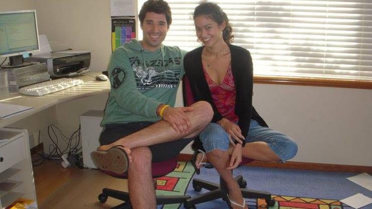 Melanie Perkins (phải) và bạn trai.